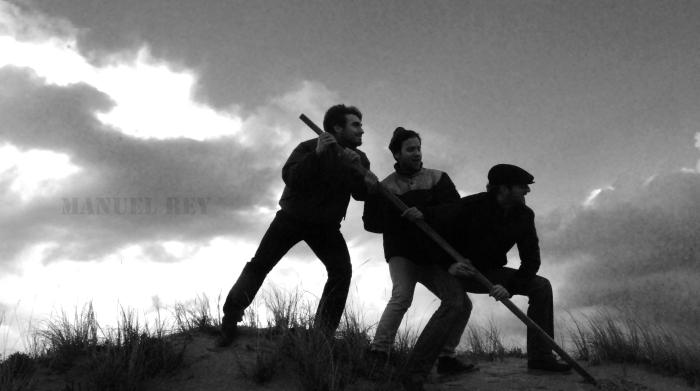 Manu, Pablo e Luis, xogando á conquistar unha illa do Pacífico en Baldaio